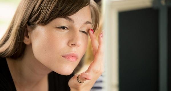 鼻の下や耳の中、眉毛のニキビ解消法を紹介します!ニキビのかさぶたを放置すると大変な事に!?